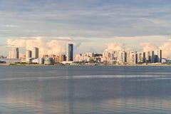 Schönes Stadtbild mit hohen Gebäuden auf der Ufergegend Lizenzfreie Stockbilder