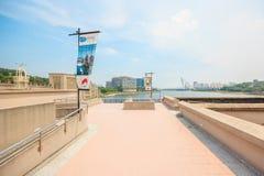 Schönes Stadtbild mit Sonnenlicht Der Flussdamm und die Brücke von Putrajaya-Stadt stockbilder