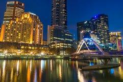 Schönes Stadtbild nachts mit Brücke über Fluss Stockbilder