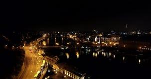 Schönes Stadtbild von Prag nachts mit Charles Bridge Czech Republic und Kostel unserer Dame vor Tyn, Vogelperspektive stock video