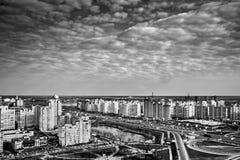 Schönes Stadtbildpanorama mit Wolkenkratzern, Tag, im Freien lizenzfreie stockfotos