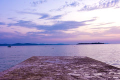 Schönes Steindock in adriatischen Ozean-Sonnenuntergang-Kroatien-Landscap Lizenzfreies Stockfoto
