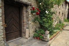 Schönes Steinhaus in einem alten mittelalterlichen Schloss stockfotografie