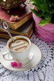 Schönes Stillleben in der Weinleseart mit Kaffeetasse und Büchern Stockfotos