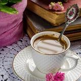 Schönes Stillleben in der Weinleseart mit Kaffeetasse und Büchern Stockfoto