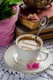 Schönes Stillleben in der Weinleseart mit Kaffeetasse und Büchern Stockfotografie