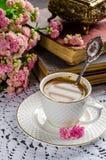 Schönes Stillleben in der Weinleseart mit Kaffeetasse und Büchern Lizenzfreie Stockfotos