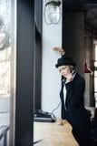 Schönes stilvolles blondes Mädchen, das am Telefon spricht Lizenzfreies Stockfoto