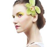 Schönes stilvolles Mädchen mit Orchideenblume im Haar Lizenzfreies Stockbild