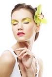Schönes stilvolles Mädchen mit Orchideenblume im Haar Lizenzfreies Stockfoto
