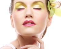 Schönes stilvolles Mädchen mit Orchideenblume im Haar Lizenzfreie Stockfotos
