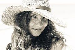 Schönes stilvolles Porträt der jungen Frau mit Hutschatten auf Gesicht Lizenzfreies Stockfoto