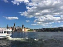 Schönes Stockholm durch den Fluss stockbilder