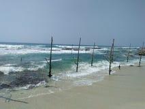 schönes Strandseite fisherman& x27; s-Werkzeug von sri lankan Lizenzfreie Stockfotos