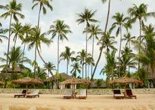 Schönes Strandurlaubsort mit vielen Kokosnussbäumen Lizenzfreie Stockfotos
