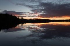 Schönes Sunsetting über einem ruhigen See in Schweden nach einem Sommertag Lizenzfreies Stockfoto