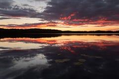 Schönes Sunsetting über einem ruhigen See in Schweden nach einem Sommertag Stockbilder