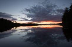 Schönes Sunsetting über einem ruhigen See in Schweden nach einem Sommertag Lizenzfreies Stockbild