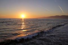 Schönes susnet über Santa Monica-Strand mit Meereswogen lizenzfreies stockbild