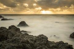 Schönes szenisches der felsigen Kalifornien-Küste bei Sonnenuntergang stockbild