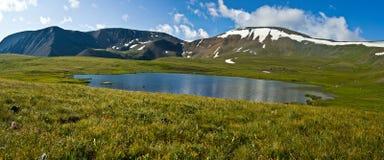 Schönes Tal mit Ansicht zu den Bergen und zum See stockfotos