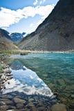 Schönes Tal mit Ansicht zu den Bergen und zum Türkissee stockfoto