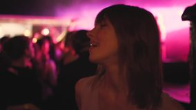Schönes Tanzen der jungen Frau in einem Nachtklub stock video footage
