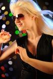 Schönes Tanzen der jungen Frau im Klumpen Lizenzfreie Stockfotos