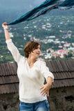 Schönes Tanzen der jungen Frau mit buntem Schal Lizenzfreies Stockbild
