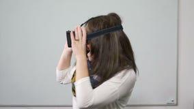 Schönes Tanzen der jungen Frau mit Gläsern auf- VR der virtuellen Realität stock video footage