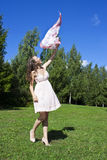 Schönes Tanzen der jungen Frau mit Halstuch Lizenzfreie Stockfotos