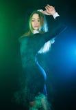 Schönes Tanzen der jungen Frau zwischen Rauchwolken stockfotos