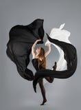 Schönes Tanzen des jungen Mädchens Schwarzweiss-Gewebe in der Bewegung Lizenzfreie Stockfotos
