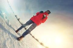 Schönes tapferes Mädchen, das in Winter an einem sonnigen Tag reist Lizenzfreie Stockfotografie