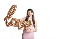 Schönes tausendjähriges weibliches Mode-Modell in der stilvollen Kleidung, die für Valentinsgrußtagesfotoaufnahme den 14. Februar Lizenzfreies Stockfoto