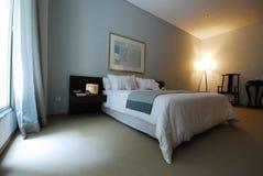 Schönes teures Schlafzimmer mit großem Fenster Stockfotografie