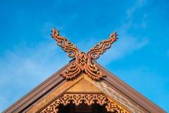 Schönes thailändisches Hausnorddach mit Himmelhintergrund Stockfotos
