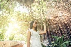 Schönes thailändisches Mädchen, das in einem Tempel aufwirft Stockfotografie