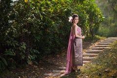 Schönes thailändisches Mädchen im thailändischen traditionellen Kostüm Stockfotografie