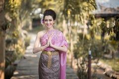 Schönes thailändisches Mädchen im thailändischen traditionellen Kostüm Stockbild