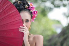 Schönes thailändisches Mädchen in rotem Regenschirm des Trachtenkleidkostüms, T Stockfotos