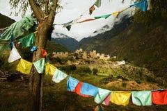 Schönes tibetanisches Dorf in Sichuan, Markierungsfahnen Stockbild