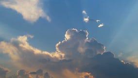 Schönes timelapse mit großen Wolken und der Sonnenschein, der durch Wolke bricht, häuft an