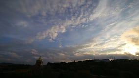Schönes timelapse mit großen Wolken und der Sonnenschein, der durch Wolke bricht, häuft an stock footage