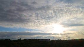 Schönes timelapse mit großen Wolken und der Sonnenschein, der durch Wolke bricht, häuft an stock video