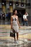 Schönes touristisches Mädchen im Galleria Vittorio Emanuele II Lizenzfreie Stockbilder