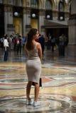 Schönes touristisches Mädchen im Galleria Vittorio Emanuele II Lizenzfreies Stockfoto