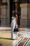 Schönes touristisches Mädchen im Galleria Vittorio Emanuele II stockbild