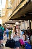 Schönes touristisches Mädchen im Galleria Vittorio Emanuele II stockbilder