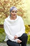 Schönes tragendes Kopftuch des Mittelalterfrauen-Krebspatienten Stockbild